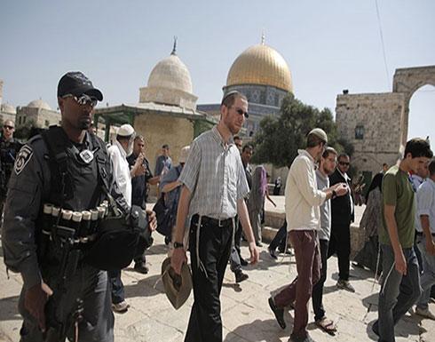"""بالفيديو: عشرات المستوطنين يقتحمون الأقصى """"احتفالا بعيد يهودي"""""""