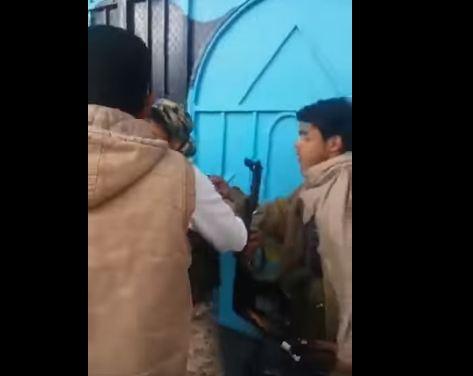 شاهد.. الميليشيات الحوثية تعتدي على معلمات مدرسة خاصة بصنعاء