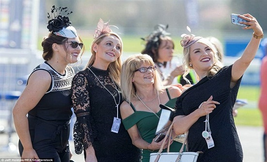 نساء اسكتلندا يتألقن بالملابس الجريئة في سباق للخيل (صور)