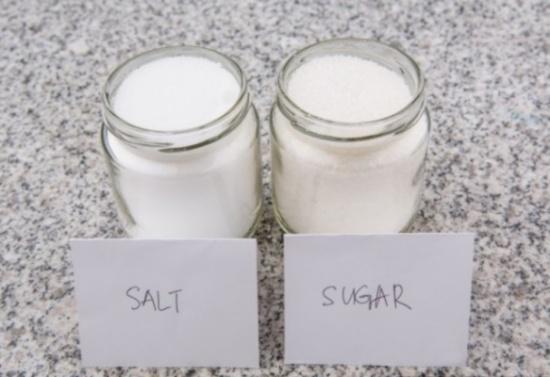 إذا كنت تعانين من الأرق لن تصدّقي ما قد يفعله خليط الملح والسكّر