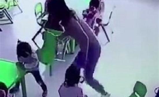 لحظة اعتداء معلمة على طفلة بالحضانة (فيديو وصور)