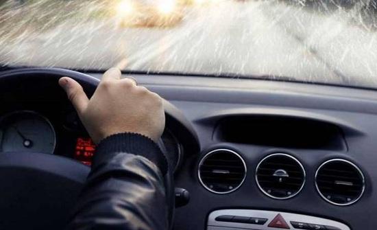 كيف تتصرف إذا انفجر إطار سيارتك وأنت على الطريق؟