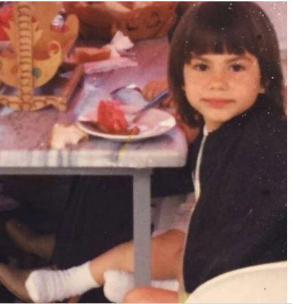 بالصورة - هذه الطفلة باتت نجمة حسناء شهيرة..من هي؟