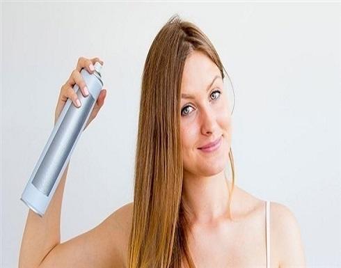 كيف تستخدمين الشامبو الجاف لإزالة الزيوت من شعرك؟
