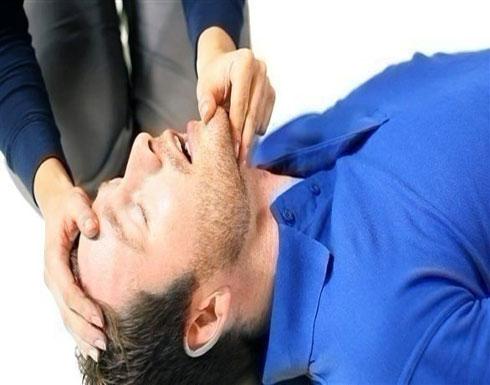 ماذا تفعل عندما يصاب شخص أمامك بسكتة قلبية؟