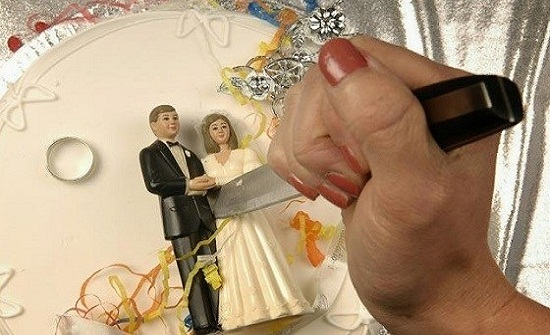 رجل يقنع زوجته بالطلاق بحيلة غريبة