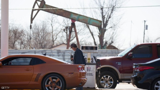 """النفط يهبط مع استمرار """"التخمة"""""""