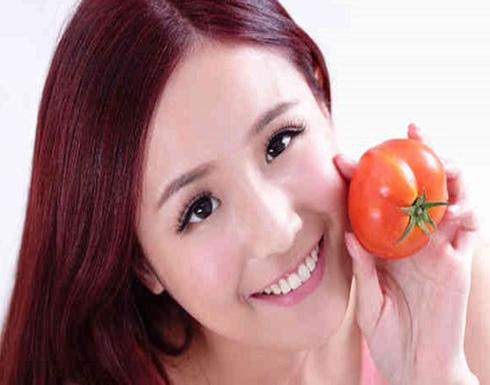 كيفية تطبيق وصفة الطماطم لتقشير بشرتك
