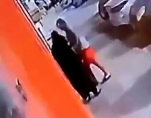 في وضح النهار.. واقعة تحرش بامرأة في جدة تفجر غضبا (فيديو)