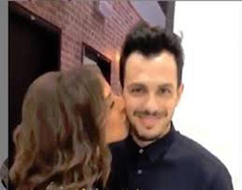 أنغام تتلقّى 50 قبلة من زوجها على الهواء! (فيديو)