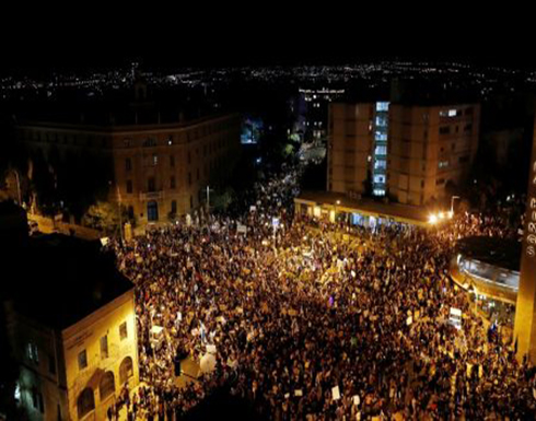 شاهد : أكثر من 10 آلاف شخص يشاركون في أكبر مظاهرة ضد نتنياهو بالقدس