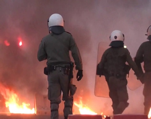 متظاهرون يلقون زجاجات حارقة باتجاه السفارة الأمريكية في اليونان .. بالفيديو