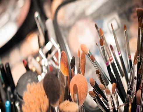 خطرٌ كامن في مستحضرات التجميل.. احذرن طريقة استعمالها