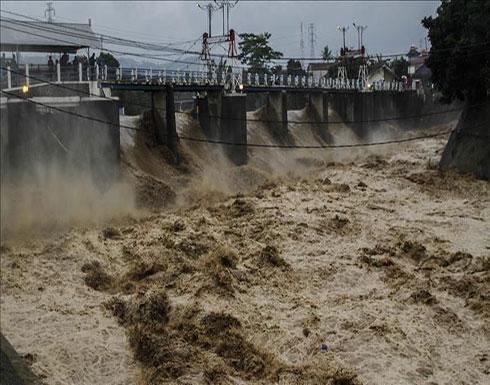 بالفيديو : فيضانات إيران.. مصرع شخص وانهيار جسور وإغلاق طرق