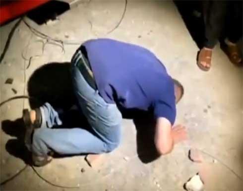 """""""حبيبي يا بابا"""".. أب فلسطيني يخر ساجدا عقب إنقاذ طفله من تحت الأنقاض (فيديو)"""