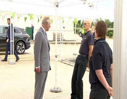 شاهد لحظة إغماء عامل أمام الأمير تشارلز.. ورد فعل الأخير