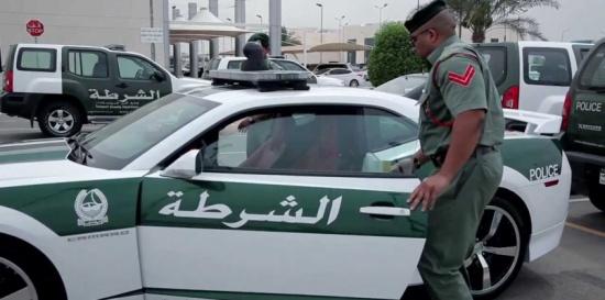 عارضات أجنبيات عاريات على أحد الشرفات في دولة عربية والسلطات تتدخل