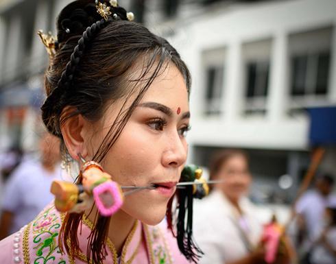 طلبا للشفاء وعقابا لأكلهم اللحم ..  يثقبون وجوههم باسياخ حديد في تايلاند