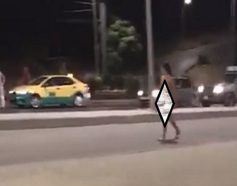 اسيوية تسير شبه عارية على طريق المطار