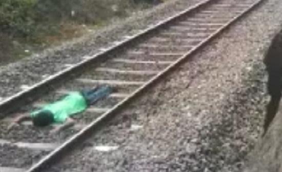 بالفيديو : رجل يتمدد أسفل قطار مسرع