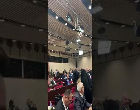 بالفيديو : سجال وشعارات داخل قاعة البرلمان العراقي