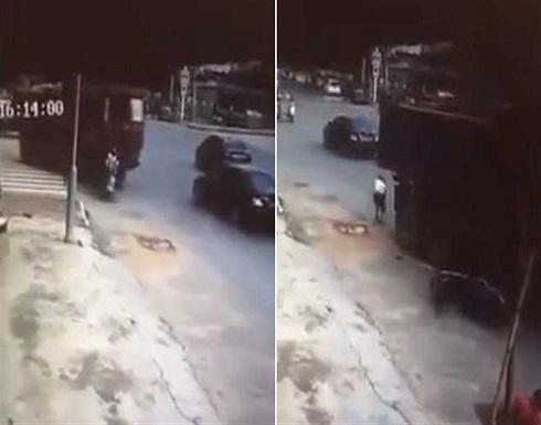 """بالفيديو : """"حادثة غريبة"""".. دهستها شاحنة فخرجت من أسفلها واستأنفت طريقها"""