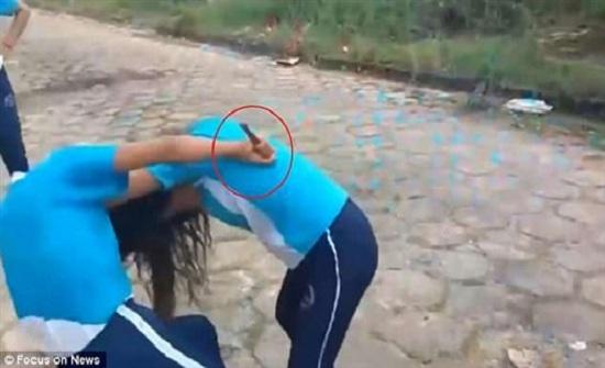 شجار بين فتاتين تدعمه والدة إحداهما بسكين (فيديو )