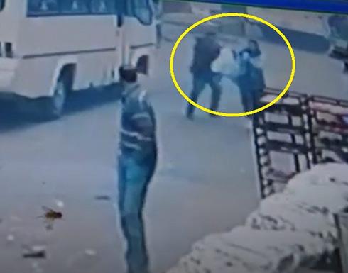 شاهد .. فيديو جديد للسائق المصري وهو يطارد زوجته في الشارع ويقتلها أمام المارة