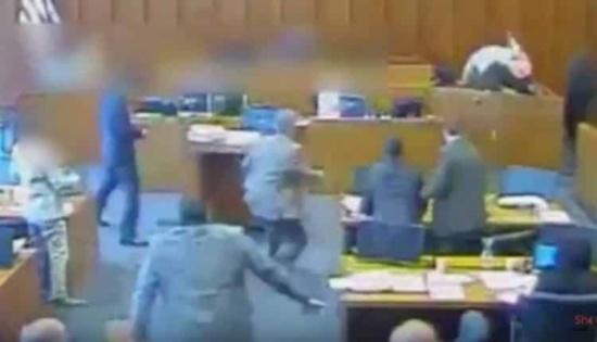 شاهد: متهم يقفز نحو المنصة ويحاول قتل أحد الشهود داخل المحكمة وأمام القضاة.. وهكذا انتهى المشهد!