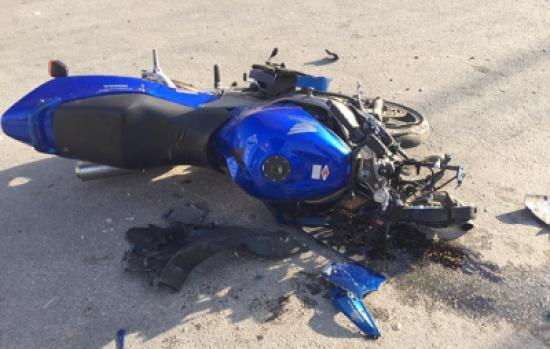 بالفيديو.. لن تصدق ما حدث لـ راكب دراجة نارية تعرض لحادث مروع