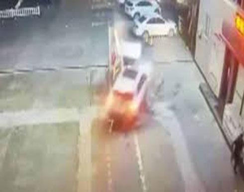 بالفيديو : لقطات مروعة لسيدة تحطم مضخة بنزين بسيارتها