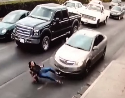 فيديو مروّع: دهستها سيارة في الشارع.. بسبب كعبها العالي!