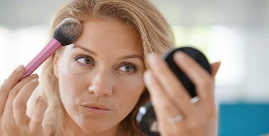 هل عليكِ الابتعاد عن مستحضرات التجميل أثناء الإصابة بالإنفلونزا؟