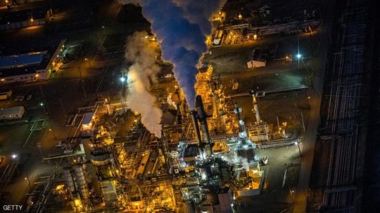 النفط يغلق على ارتفاع وطفرة الإنتاج الصخري تكبحه