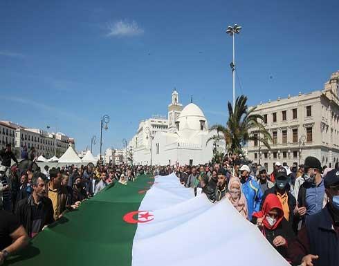 مسيرة طلابية في الجزائر تنادي بالإفراج عن معتقلي الرأي .. بالفيديو