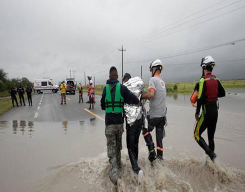 """شاهد : عاصفة """"هانا"""" تتسبب بمقتل شخصين وفقدان 4 في المكسيك"""