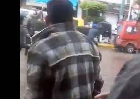 بالفيديو - معركة بالسيوف والسكاكين بين سائقي التكاتك