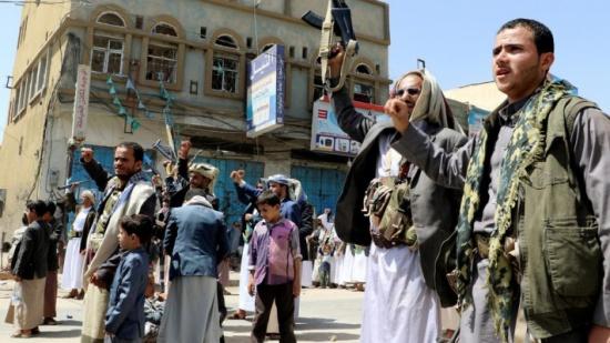 الحوثي يحتجز مئات العمال ويتخذهم دروعا بشرية في الحديدة