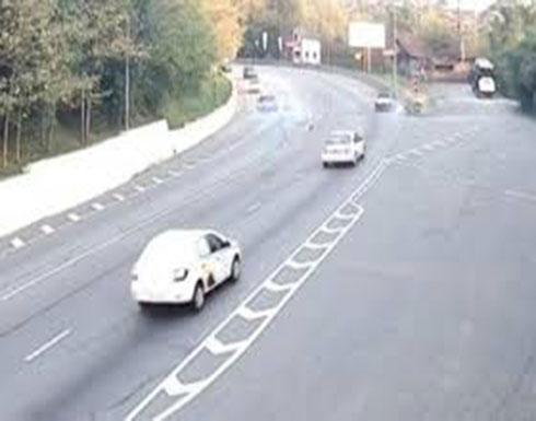 لحظة تعرض سائق دراجة نارية لحادث دهس مروع (فيديو)
