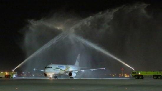 ماذا تعني عادة رشّ المياه فوق الطائرات بالمطارات؟