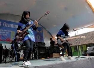 فريق موسيقي في إندونيسيا من ثلاث فتيات محجبات