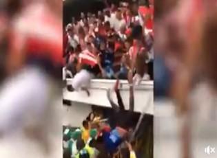 كارثة .. سقوط مشجعين من مدرجات ملعب لكرة القدم (شاهد)