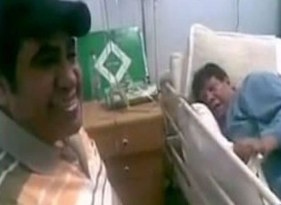 بالفيديو : أحمد عدوية يغني لشعبان عبد الرحيم في آخر ظهور له داخل غرفة العناية