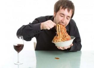 أنت تقتل نفسك.. تعرف على مخاطر الأكل السريع