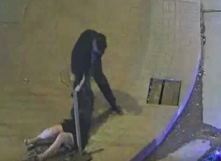 بالفيديو: عنّف فتاه وضربها في الشارع.. فحصل ما لم يتوقّعه!