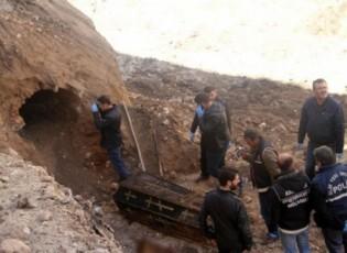 عمال أتراك يكتشفون تابوتا أثناء الحفر.. ماذا بداخله؟ (صور)