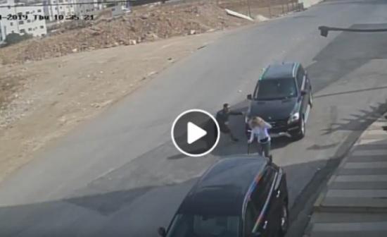 """بالفيديو : فتاة  """" تنحشر """"  بين مركبتين بعد دهسها في عمان"""