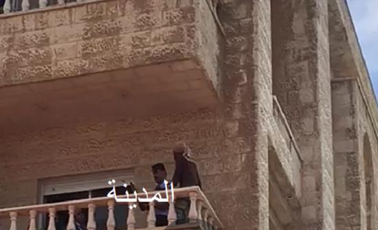 بالفيديو ... عمان : خادمة تهدد مخدوميها بسكين وتحاول الإنتحار