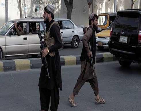 """بعد اتهامه بالسرقة.. """"طالبان"""" تعاقب رجلا بوضع إطارات سيارات حول رقبته وعرضه على الملأ (صور)"""