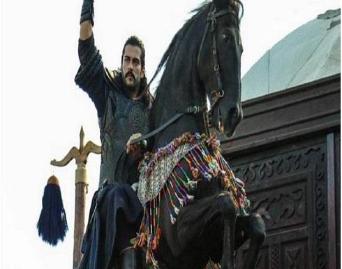 """نجل """"عثمان بن أرطغرل"""" يثير ضجة بعد ظهوره يشاهد """"قيامة عثمان"""""""